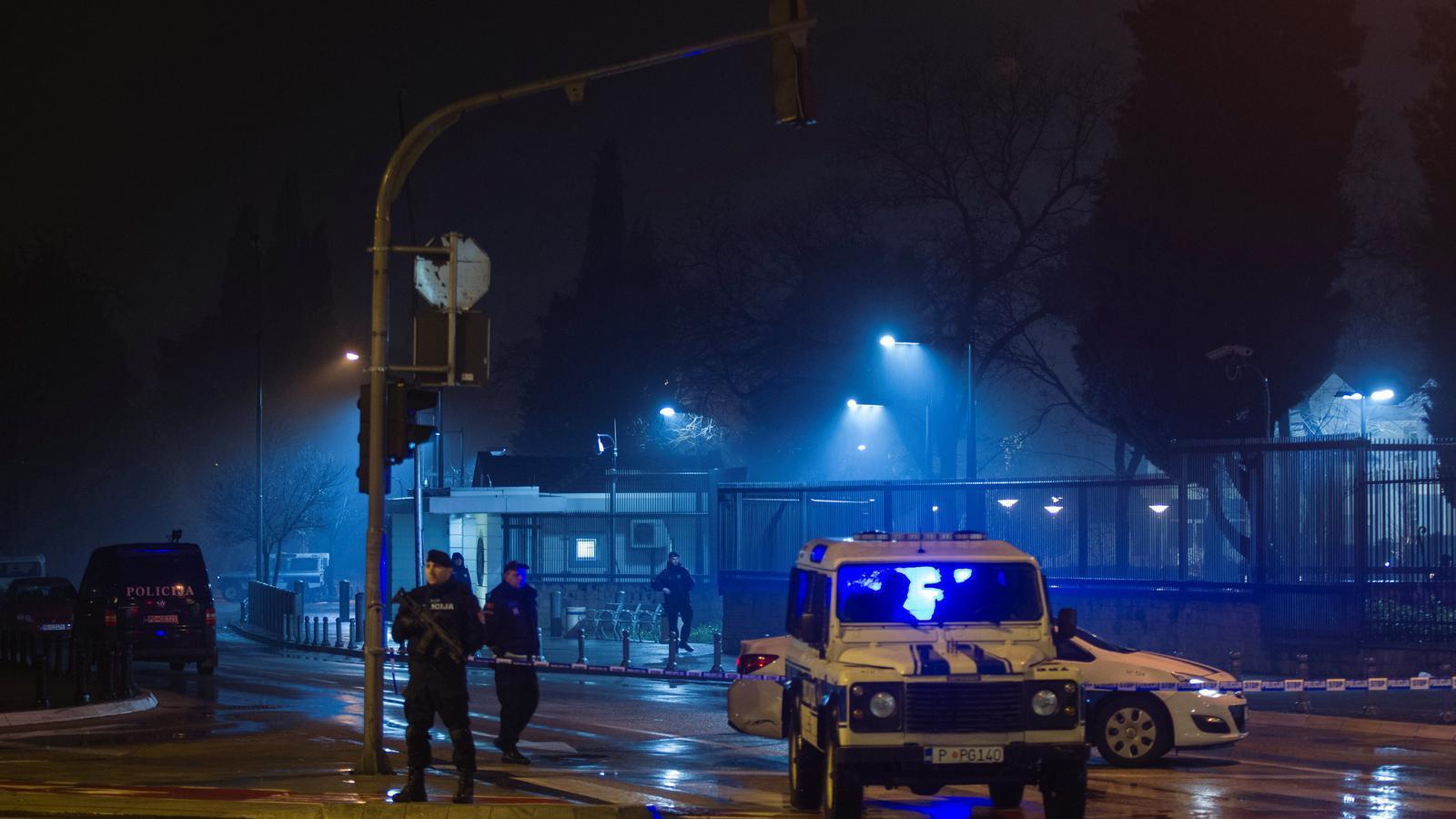 Policia montenegrina protegeix l'entrada de l'ambaixada nord-americana després de l'atac