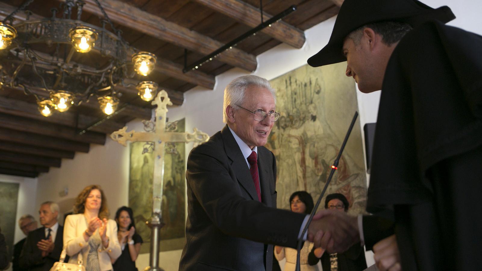 Isidre Molas saludant el síndic general després de prometre el càrrec / SFG