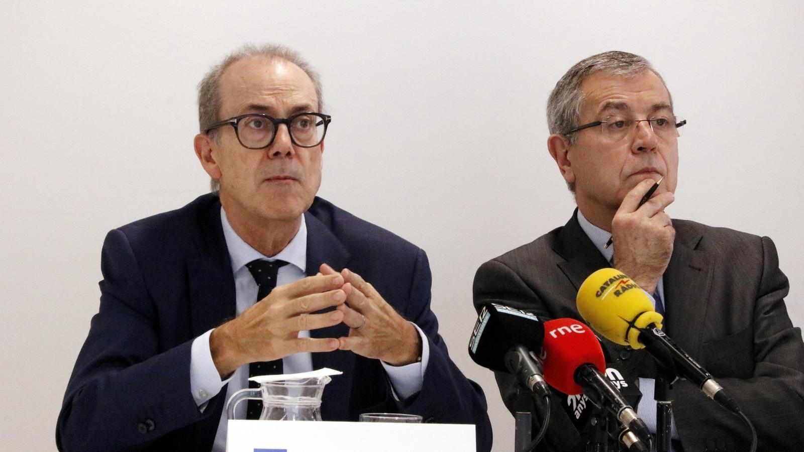 Els economistes Albert Carreras i Modest Guinjoan, durant la roda de premsa.