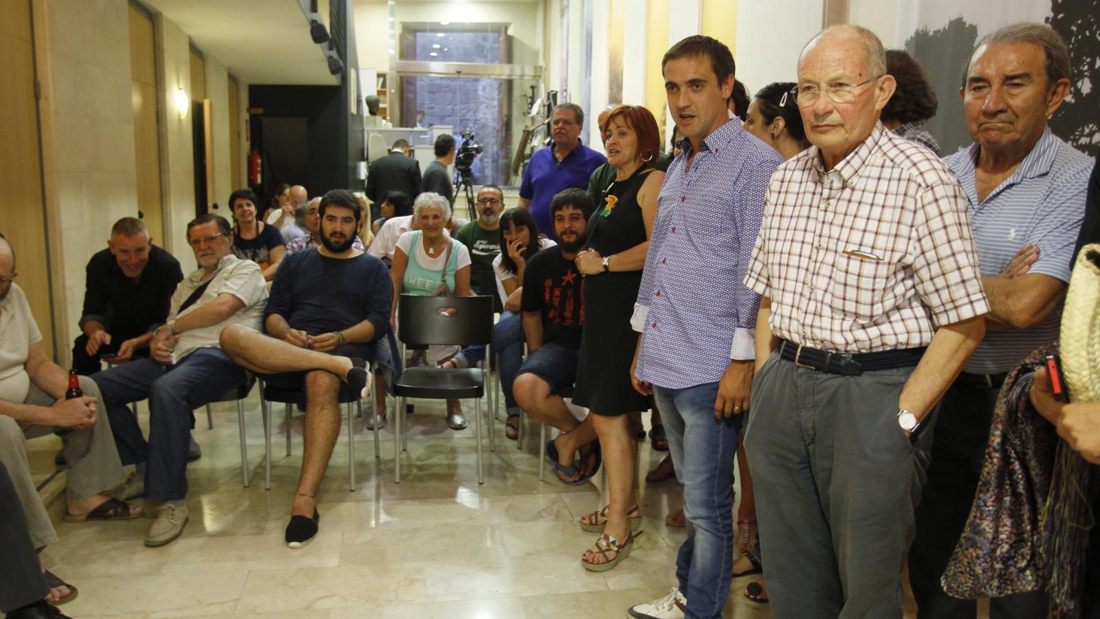 Membres de Sobriania per les Illes a Can Alcover durant la nit electoral del 26-J