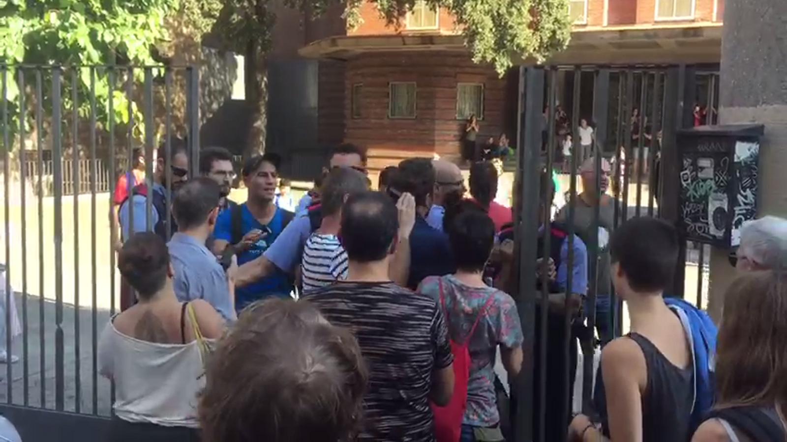 Els Mossos arriben a l'Escola Collaso del Raval