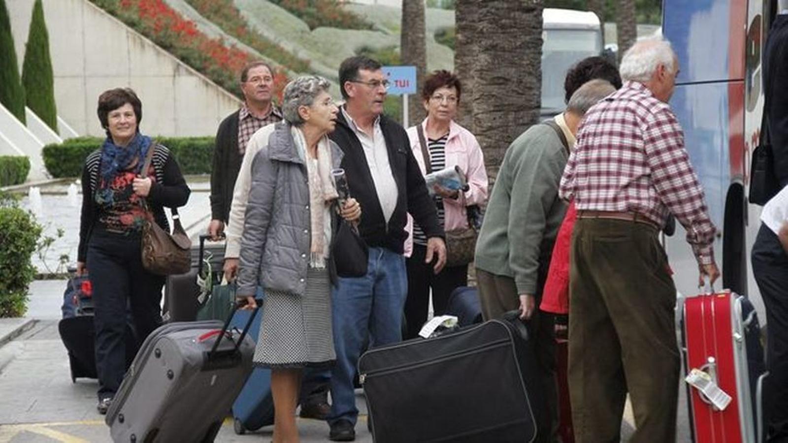 Des del govern de l'estat se subvencionava amb un preu fix el desplaçament des de les illes de Menorca, Eivissa i Formentera a Mallorca per a iniciar els viatges.