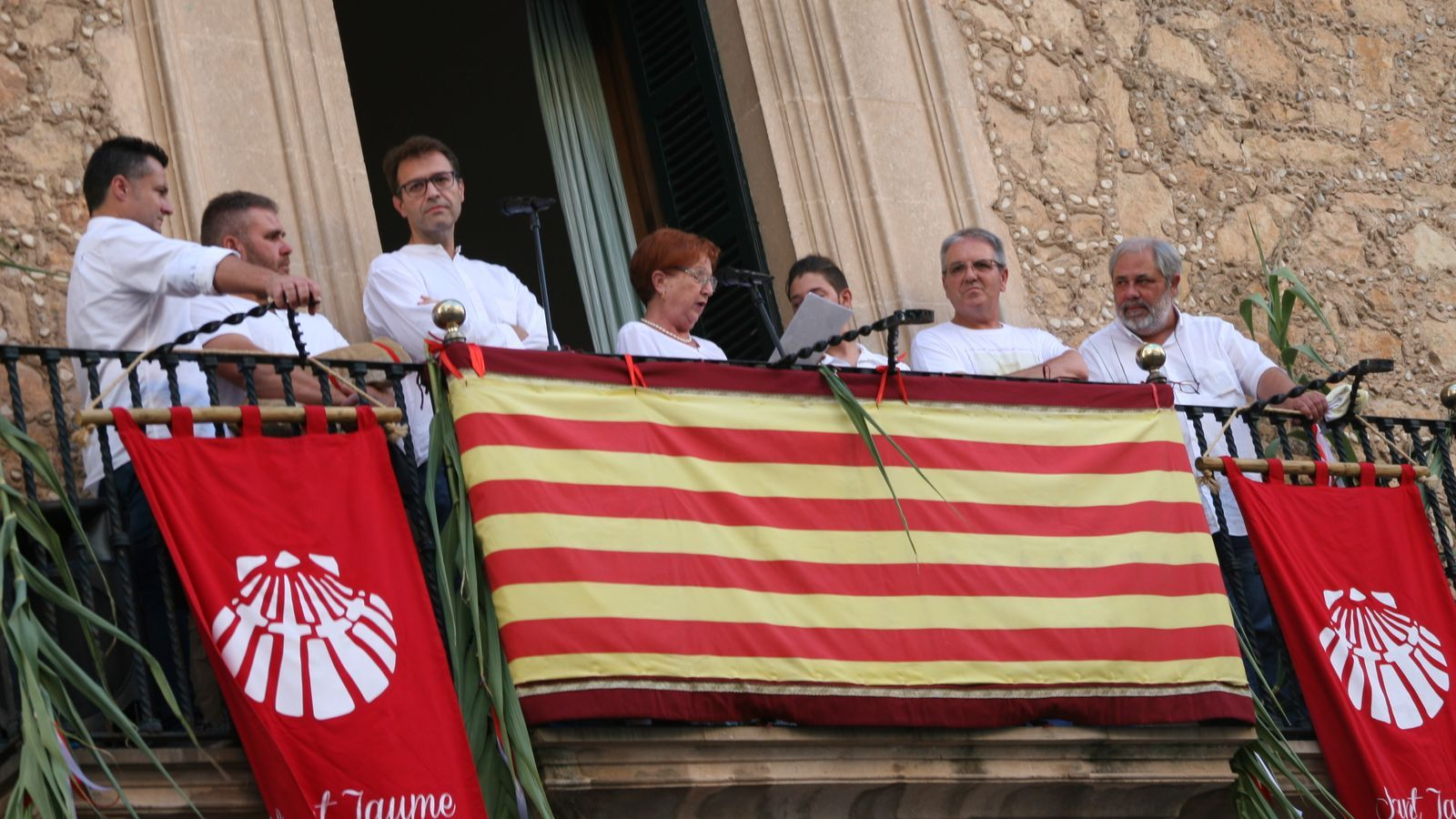 Margalida Cortès pronunciant el pregó des de la balconada de l'Ajuntament.