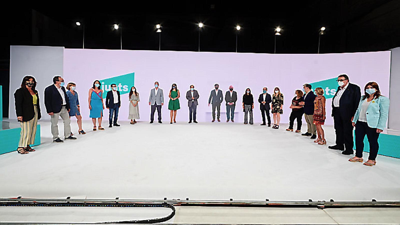 L'expresident Carles Puigdemont i els dirigents de JxCat en l'acte de constitució.