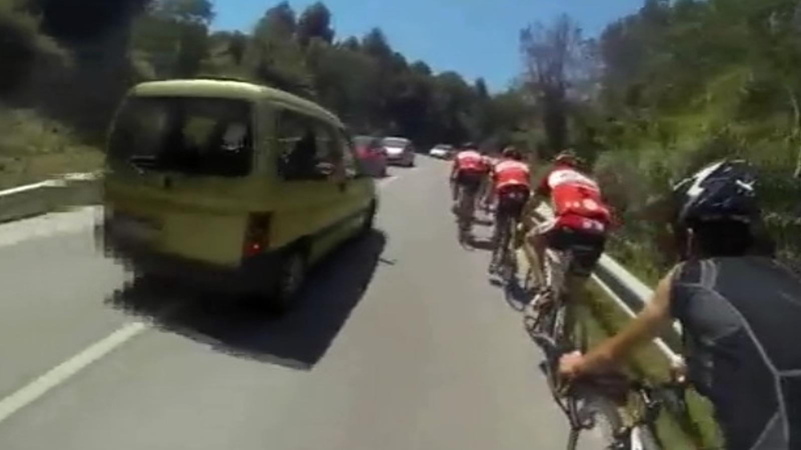 Una càmera al casc d'un ciclista enregistra l'avançament perillós d'una furgoneta a Sant Fost