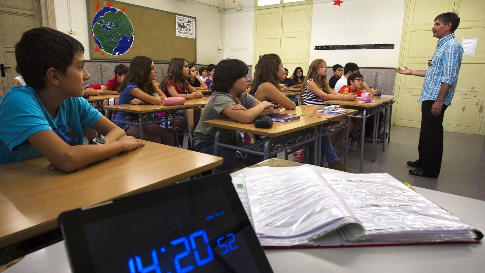 El primer dia de curs els alumnes de l'institut Les Corts de Barcelona mantenien la concentració poc abans d'acabar la seva jornada.