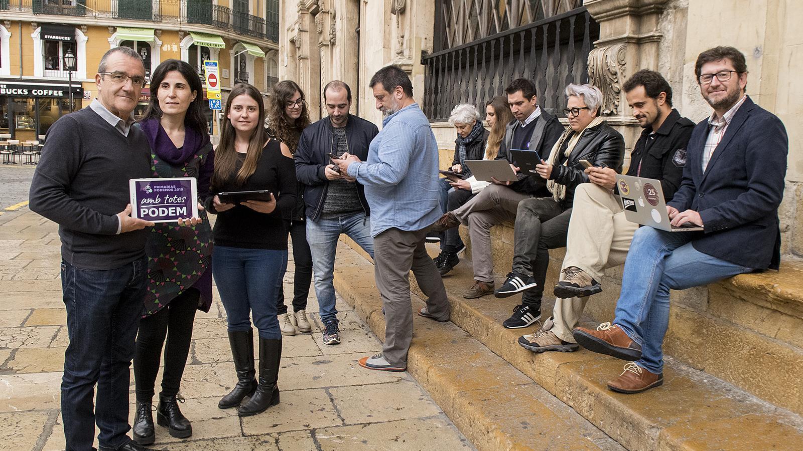 Els candidats d'Amb Totes Podem a un acte per animar a la participació a la plaça de Cort de Palma.