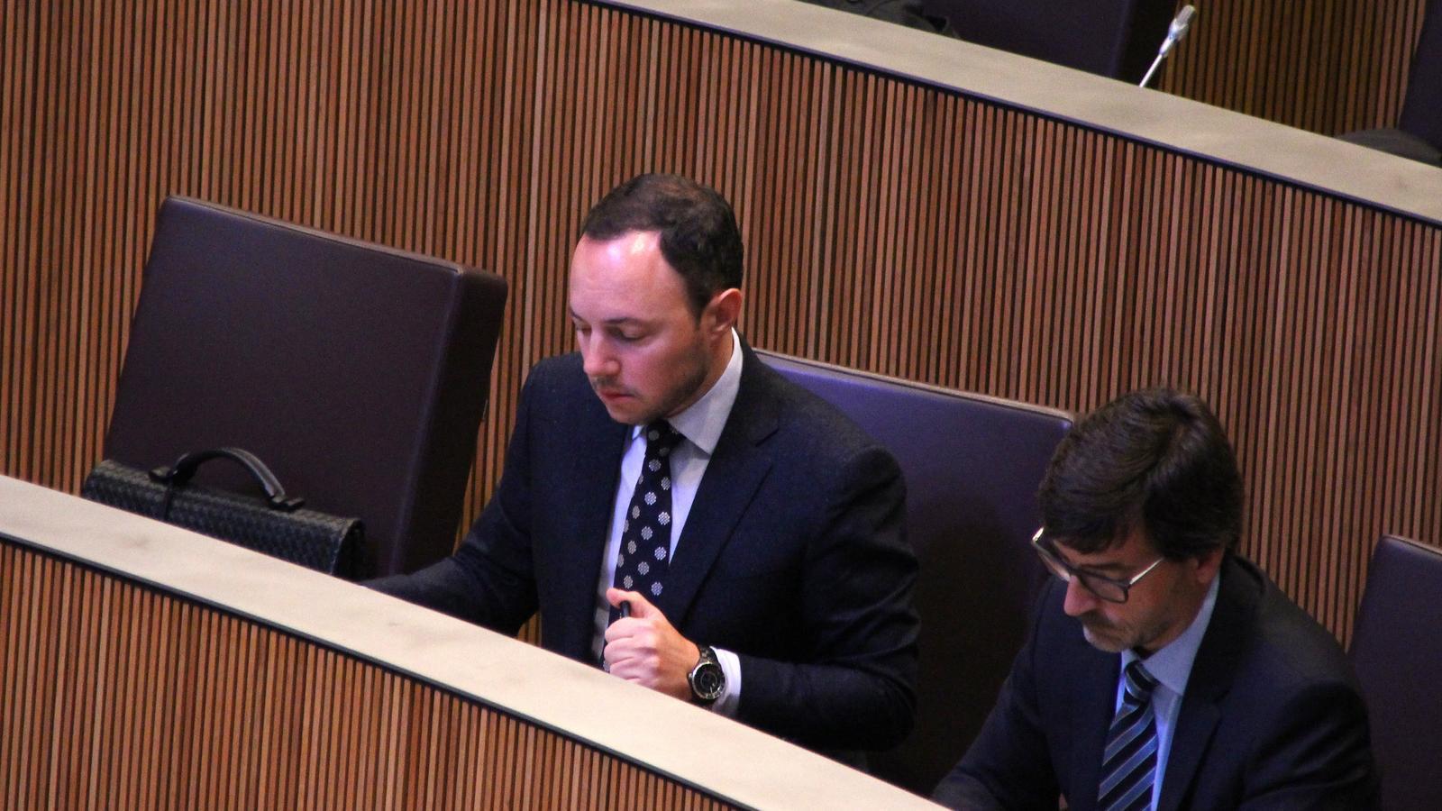 El ministre d'Afers Socials, Justícia i Interior, Xavier Espot, durant la sessió de preguntes que ha tingut lloc aquest dijous al Consell General. / M. F. (ANA)