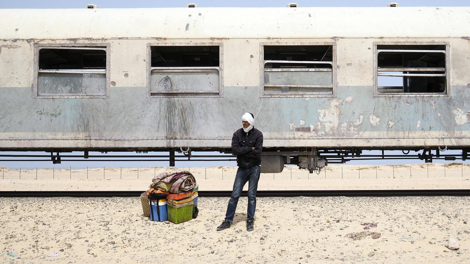 Treballador d'una mina de ferro esperant el seu transport a Nouadhibou, Mauritània.