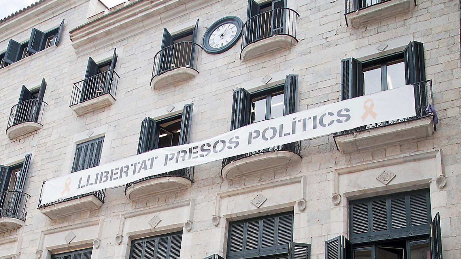 La façana de l'Ajuntament de Girona ahir durant els escorcolls.