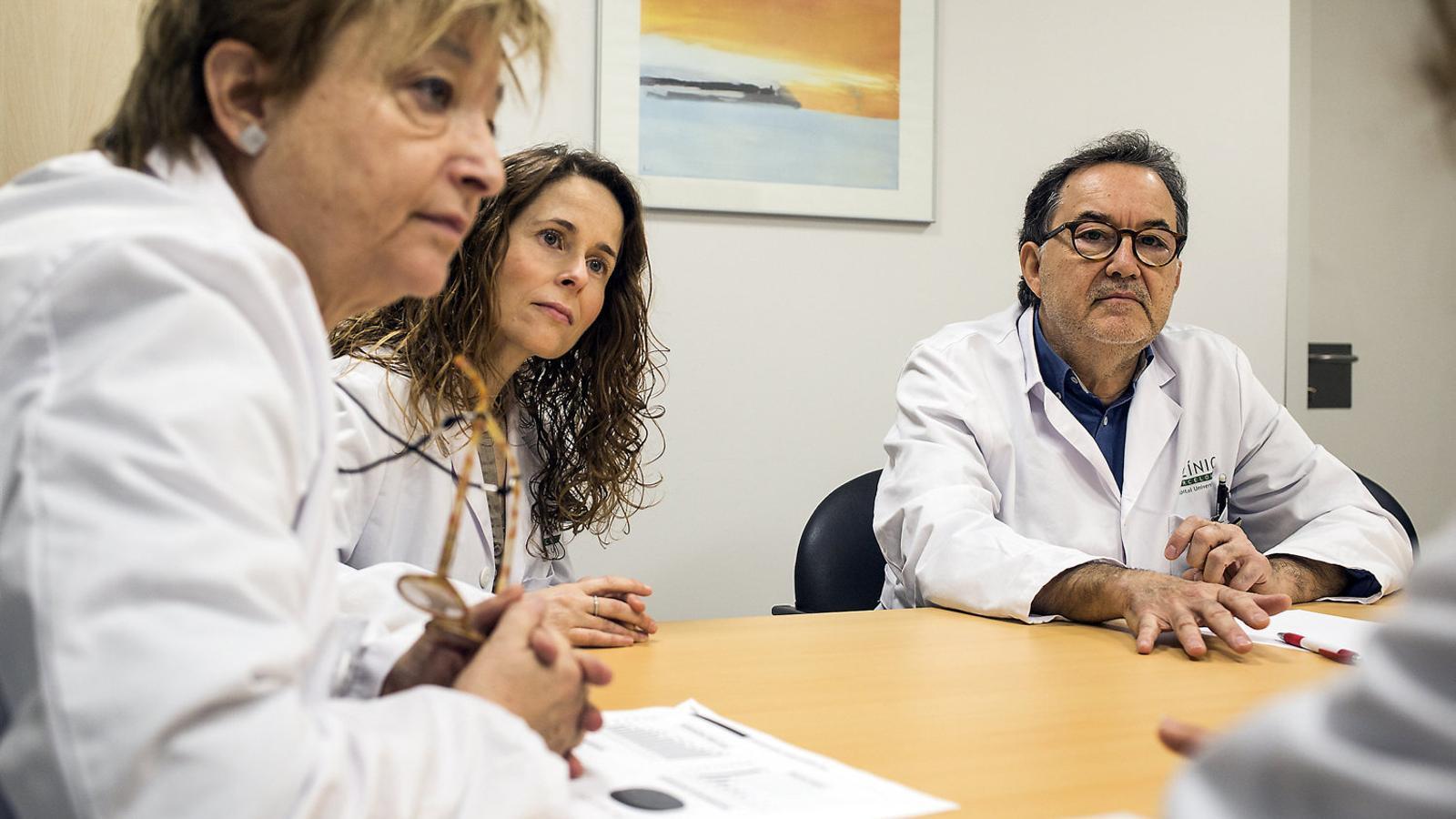 Els professionals de la Comissió de Violència Intrafamiliar i de Gènere de l'Hospital Clínic durant una reunió.