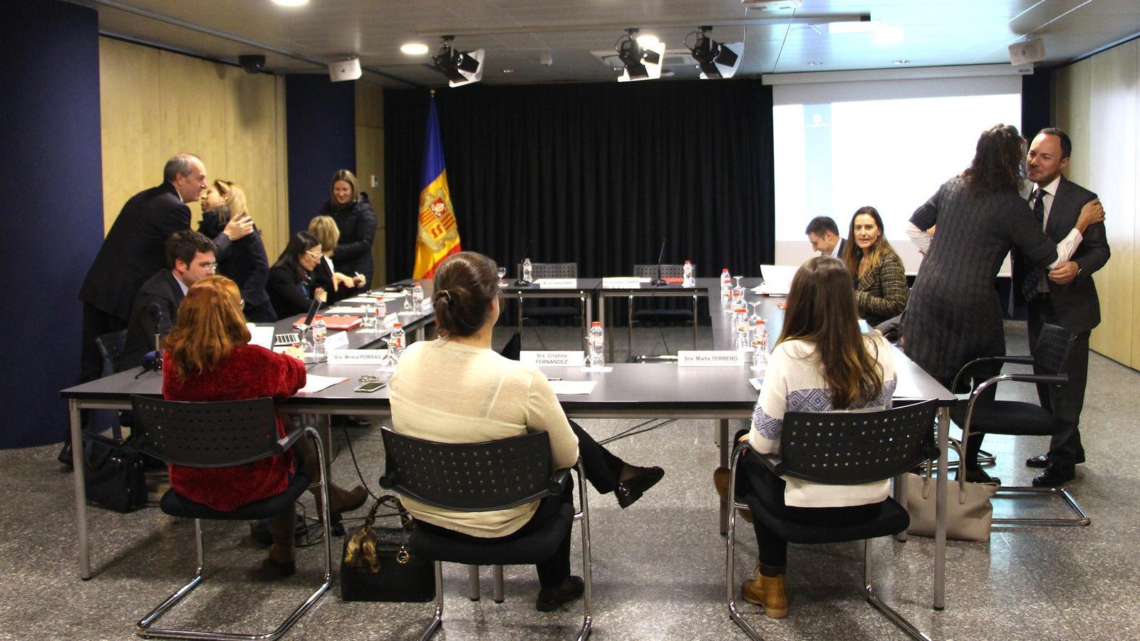Els ministres de Salut, Carles Álvarez, i d'Afers Socials, Justícia i Interior, Xavier Espot, saluden els assistents a la Comissió nacional de prevenció de violència de gènere i domèstica.  / M. F. (ANA)
