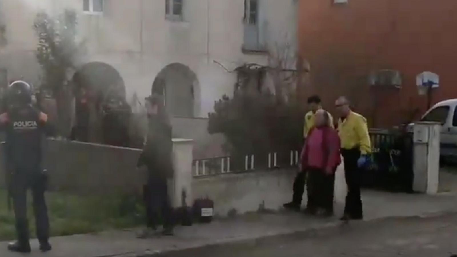 La Plataforma d'Afectades per l'habitatge de Breda ha publicat a les xarxes el vídeo del desnonament de l'Emilia, una àvia de 77 anys de Breda