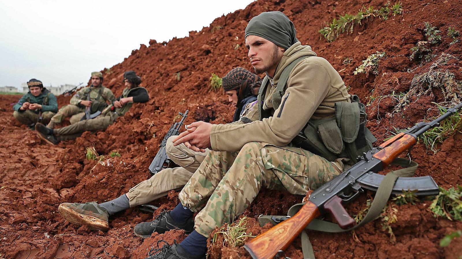 Soldats rebels sirians, secundats per Turquia, descansant a Idlib.