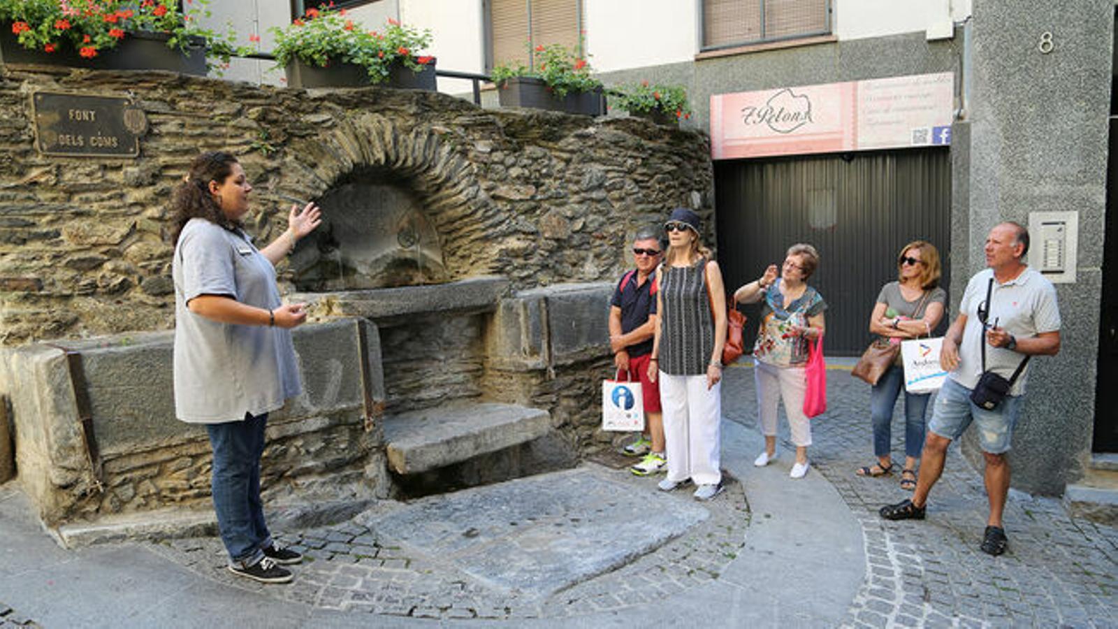 Turistes visiten la Font dels Coms. / COMÚ DE SANT JULIÀ