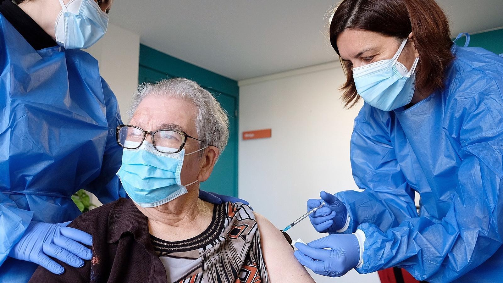 La primera persona vacunada contra el covid a Catalunya, Josefa Pérez, de 89 anys, rebent aquest dilluns la segona vacuna de Pfizer.