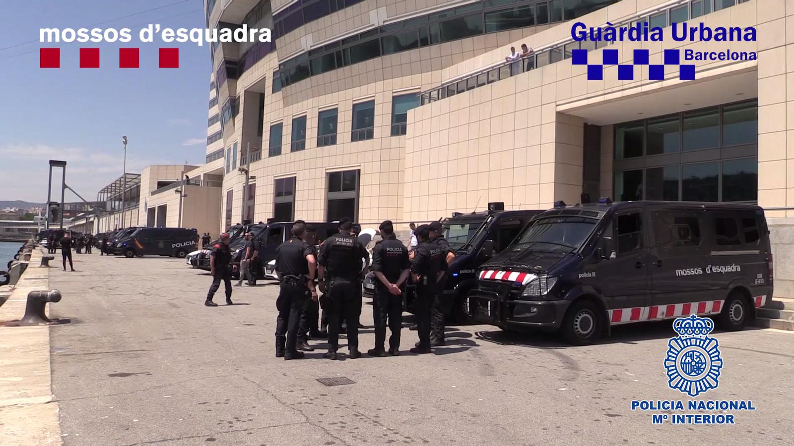 Macrobatuda al Raval: 50 detinguts, 105 identificats i mil agents desplegats contra els llauners de la droga