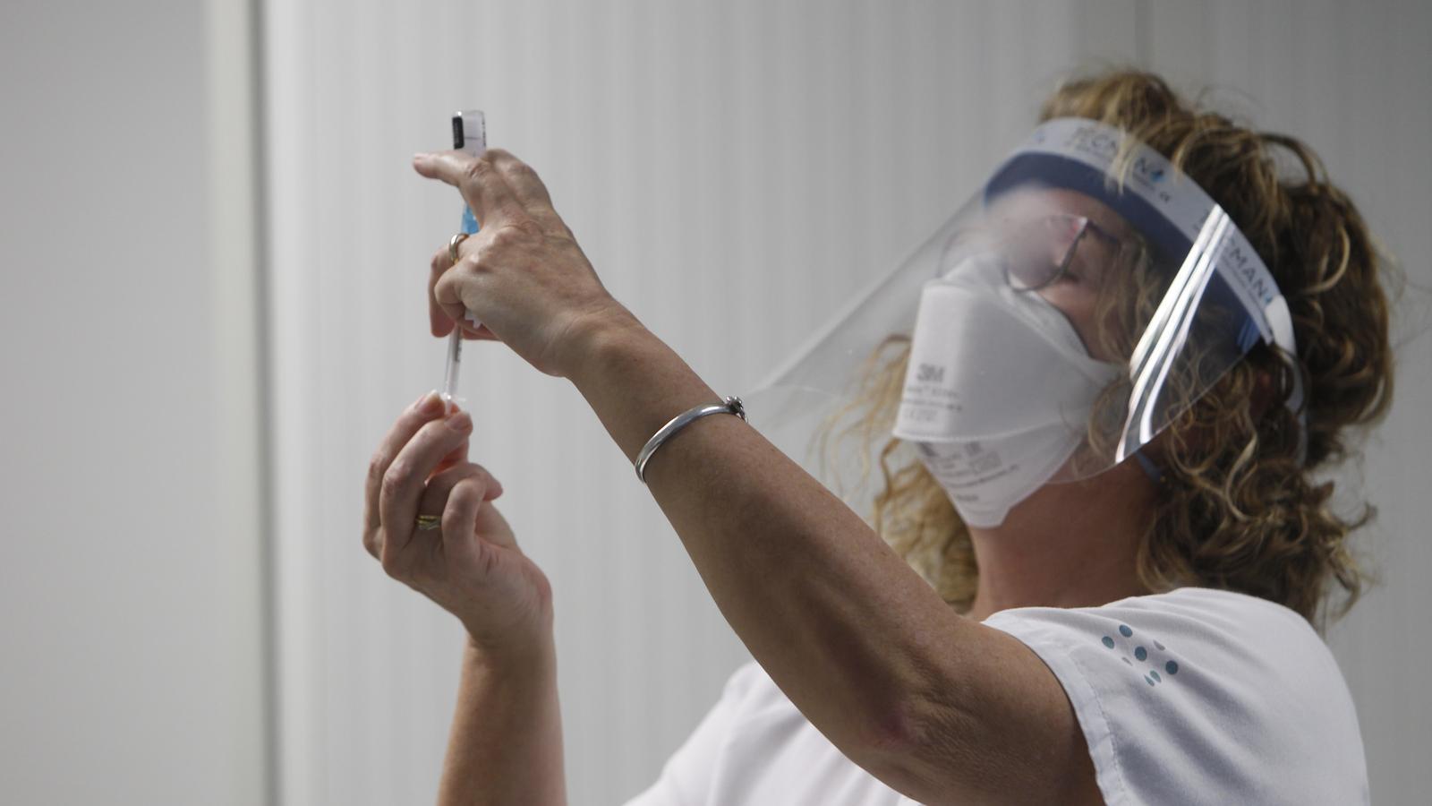 Una infermera prepara la vacuna de Pfizer per administrar-la a un sanitari de Son Espases.