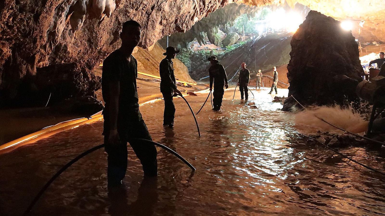 Resultat d'imatges de nens cova tailandia