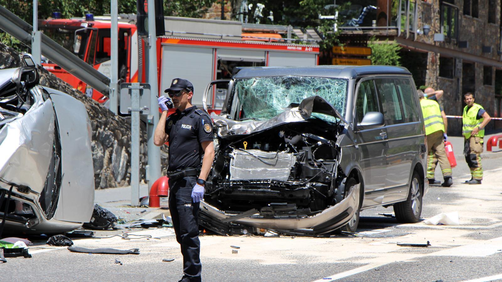 L'estat en què van quedar els dos vehicles a l'accident mortal d'aquest dilluns a la zona de Farga Rossell, entre Ordino i la Massana. / M. R. F. (ANA)
