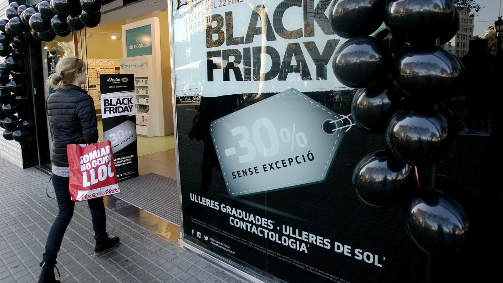 Una òptica anunciant els descomptes del Black Friday a Barcelona. Els petits comerços tornaran a presentar-se a la cita.