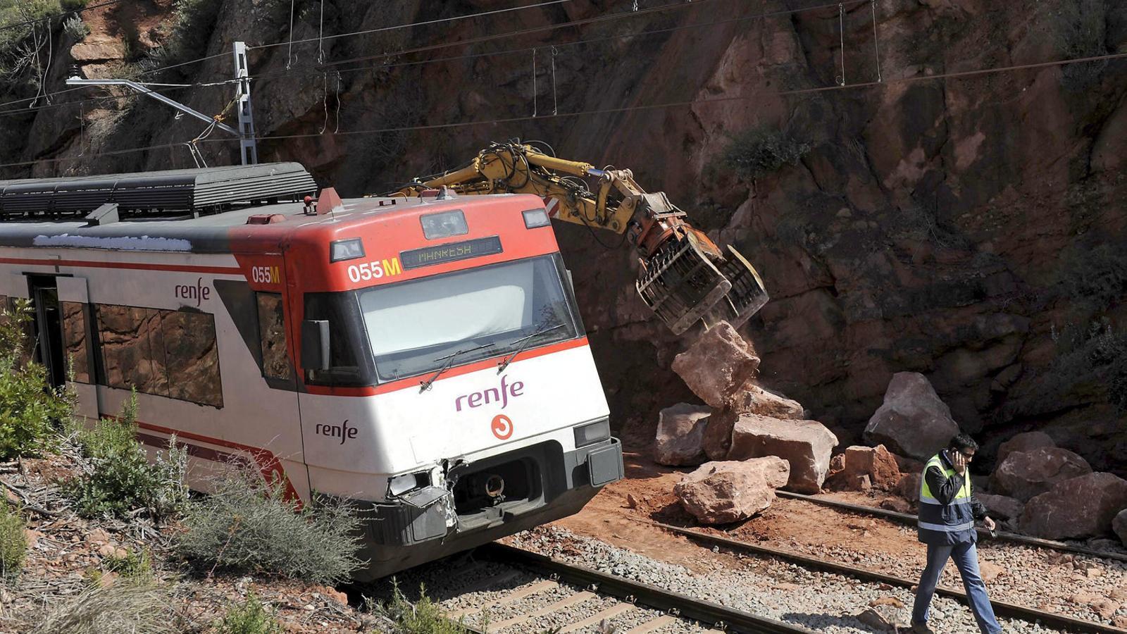 Operaris de Renfe van retirar les roques que havien caigut a la via.