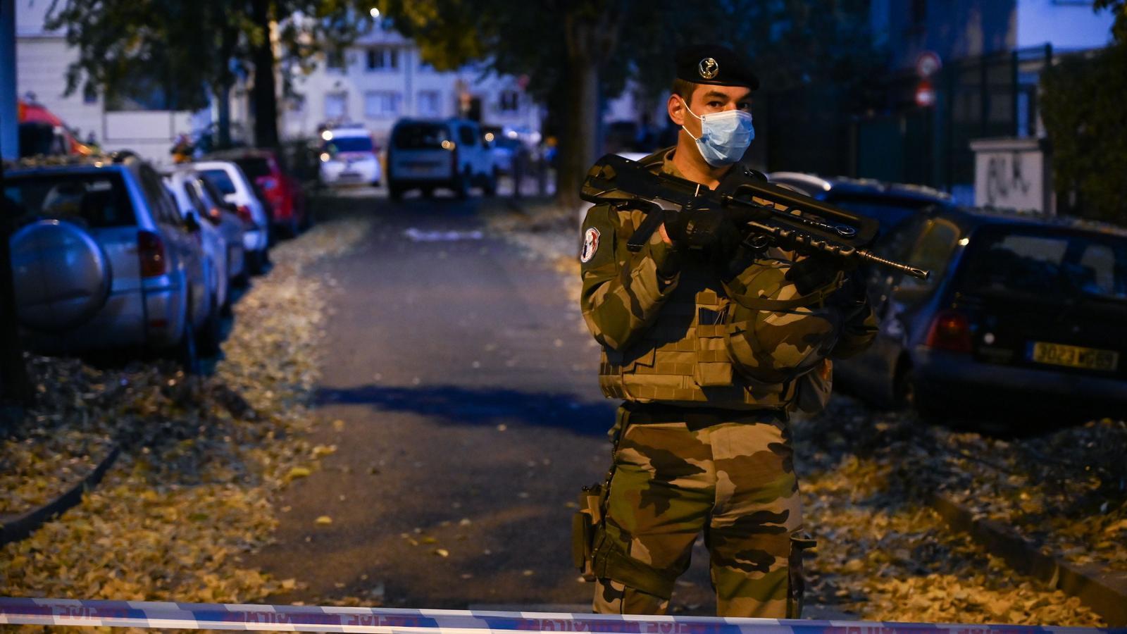 Un soldat francès, darrere del cordó de seguretat instal·lat a la zona on ha tingut lloc el tiroteig de Lió