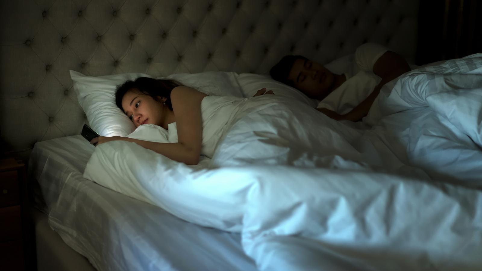 Els experts desaconsellen l'ús del mòbil i tauletes abans d'anar a dormir