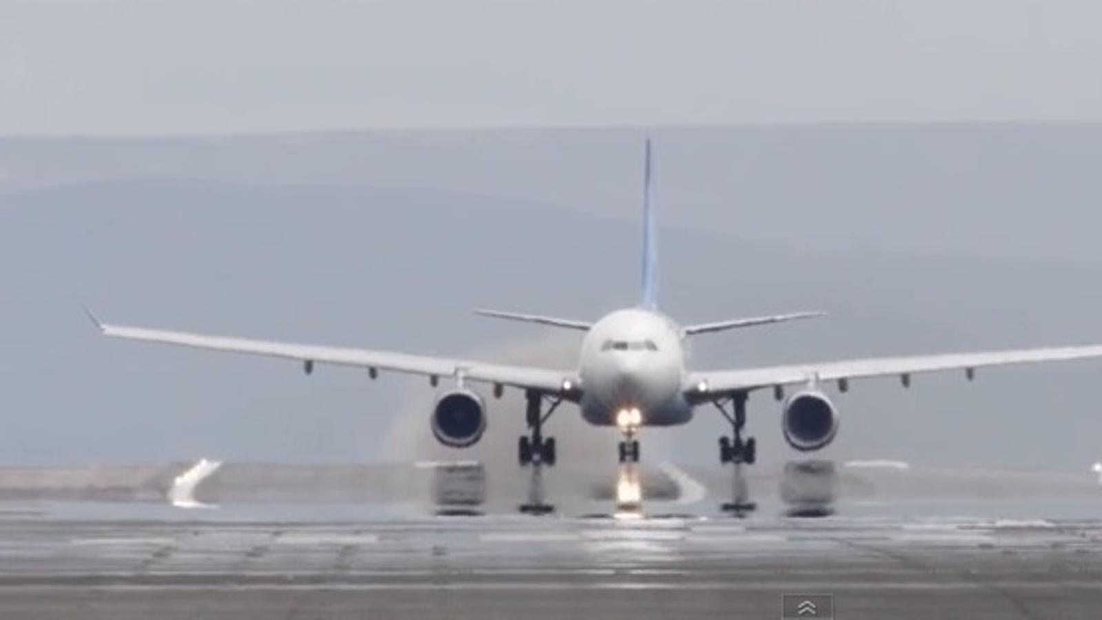 Un videoaficionat enregistra el moment en què esclata el motor d'un avió a punt d'enlairar-se