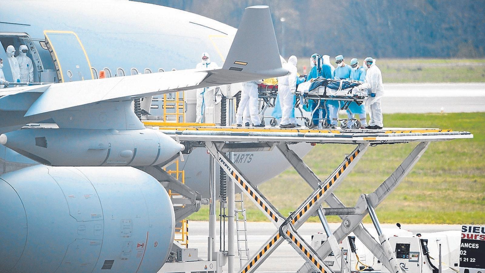 Personal sanitari desembacant un pacient francès a l'aeroport de Luxemburg
