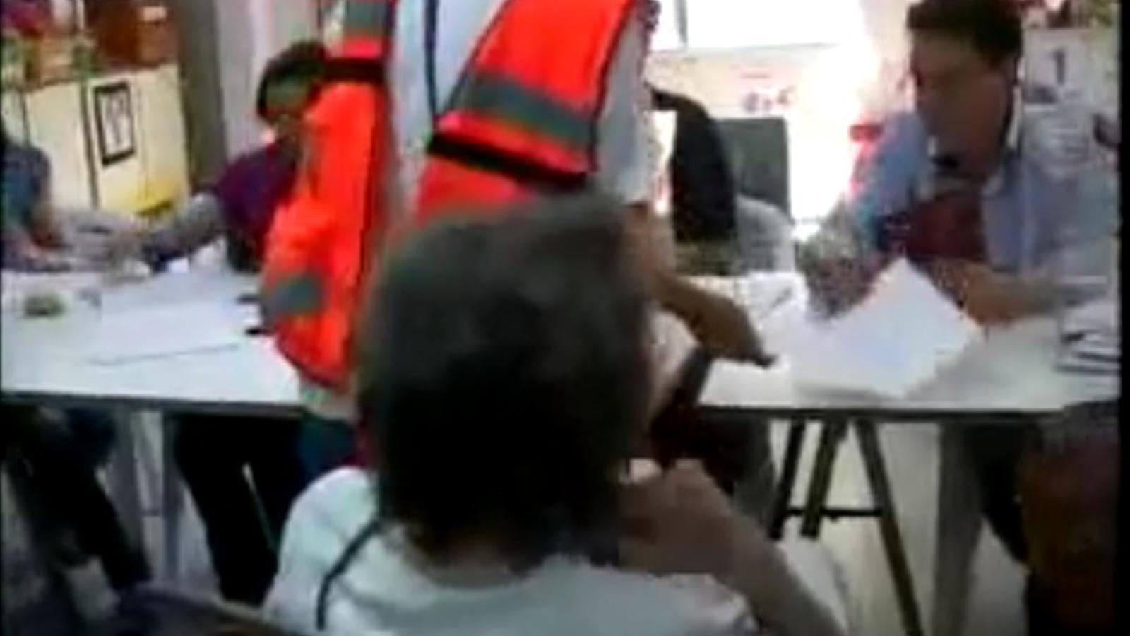 Una candidata del PP intenta invalidar el vot d'una dona amb discapcitat física, en rebre ajuda per votar