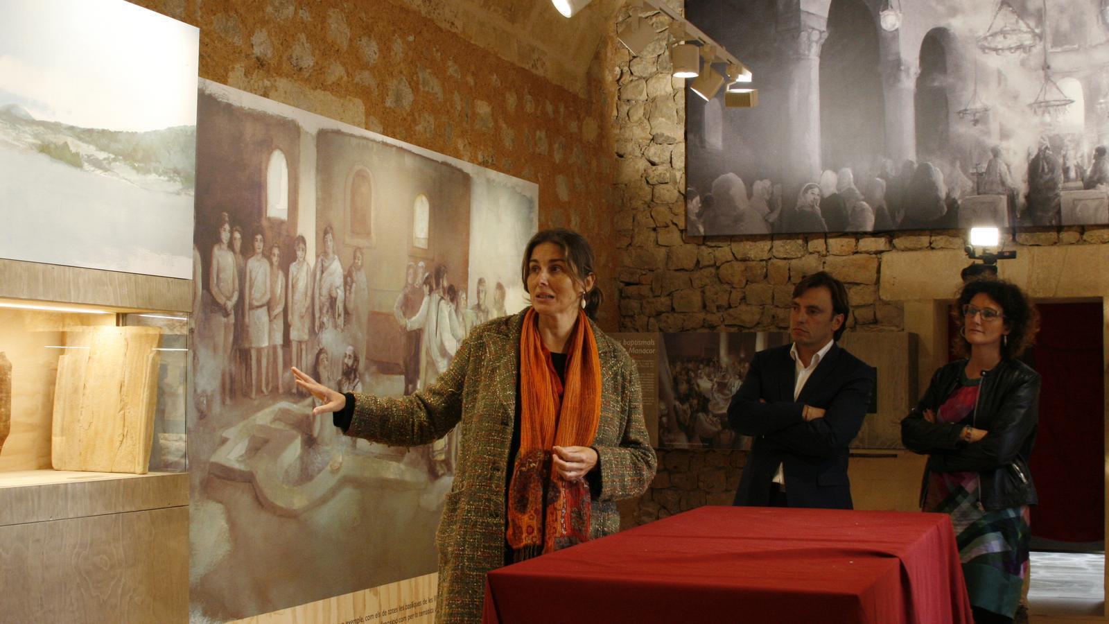 Magdalena Sales explicant els nous elements de la Sala de l'Antiguitat, vora el conseller Miralles i la regidora de Cultura, Antònia Llodrà.