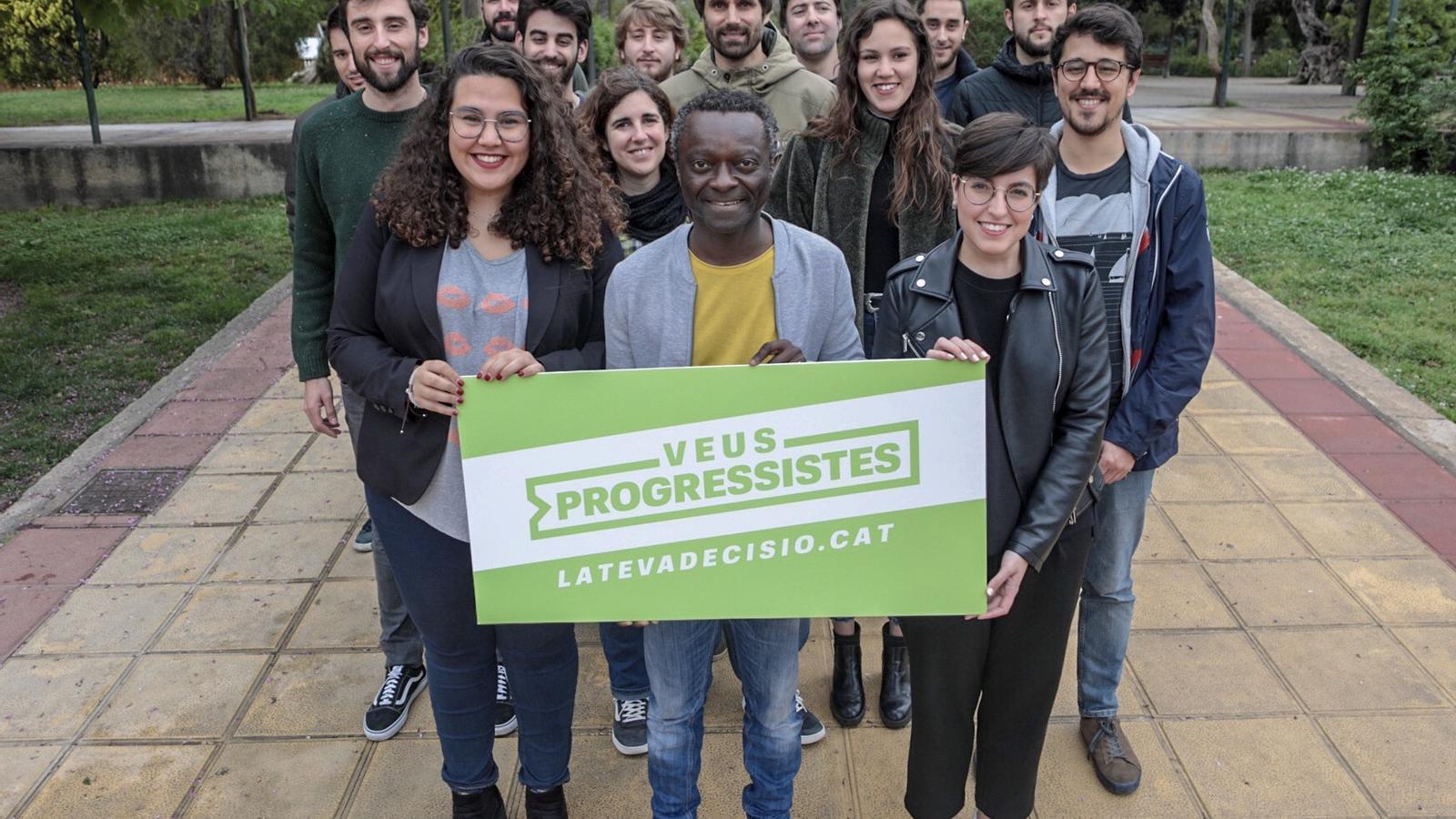El candidat de Veus Progressistes acompanyats dels joves de la coalició