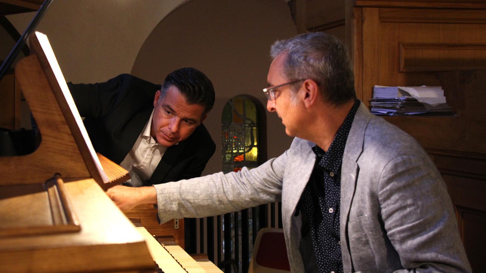 El cònsol menor d'Andorra la Vella, Marc Pons, i el director artístic del Festival Internacional Orgue&nd, Ignacio Ribas, amb l'orgue de l'església de Sant Esteve./ N. T. (ANA)