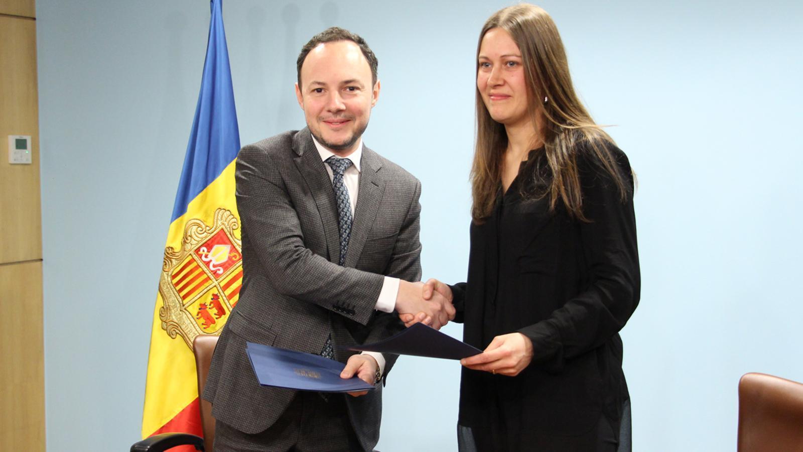 El ministre d'Afers Socials, Justícia i Interior en funcions, Xavier Espot, i la presidenta del Col·legi Oficial de Podòlegs d'Andorra, Marta Vidal, després de la signatura del conveni de col·laboració celebrada aquest dimarts. / M. P. (ANA)