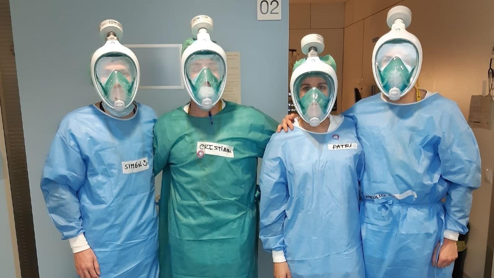 Professionals sanitaris amb la nova mascareta de protecció