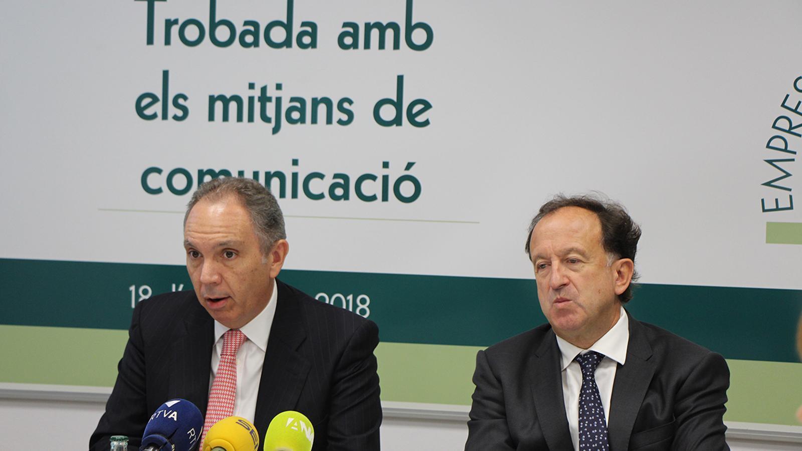 El president i el secretari tècnic de l'Empresa Familiar Andorrana (EFA), Francesc Mora i Joan Tomàs durant la roda de premsa d'aquest dijous. / B. N-