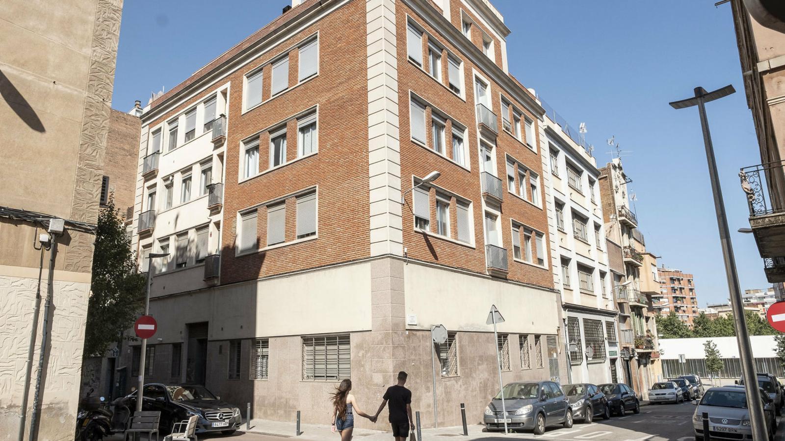 Façana del bloc del carrer Ripollès 56, que ara està en mans d'un fons d'inversió immobiliari que pretén doblar el preu dels lloguers als inquil·lins actuals.