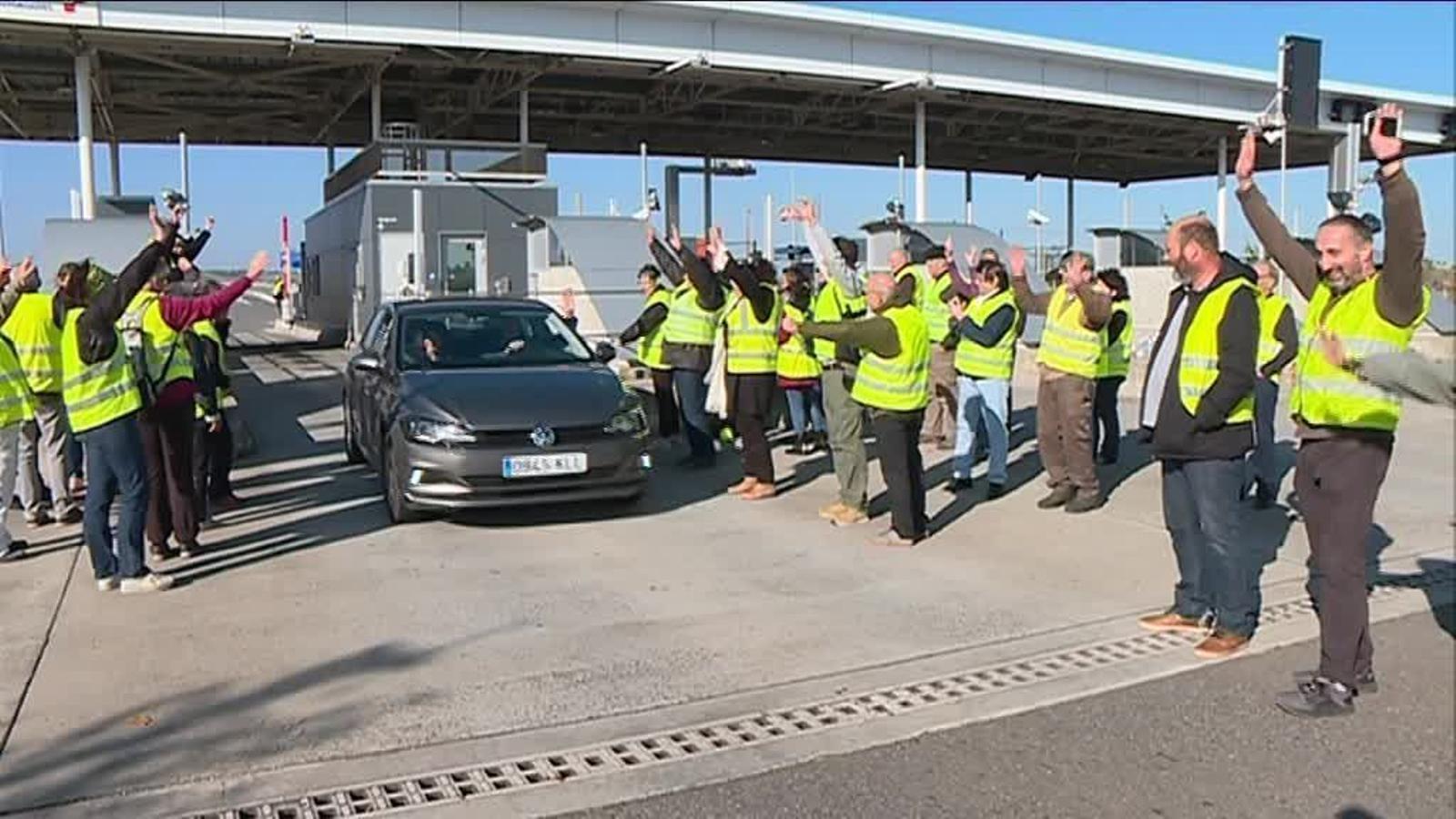 Els manifestants han aixecat aquest matí les barreres del peatge de l'autopista a Pamiers. / D.S.