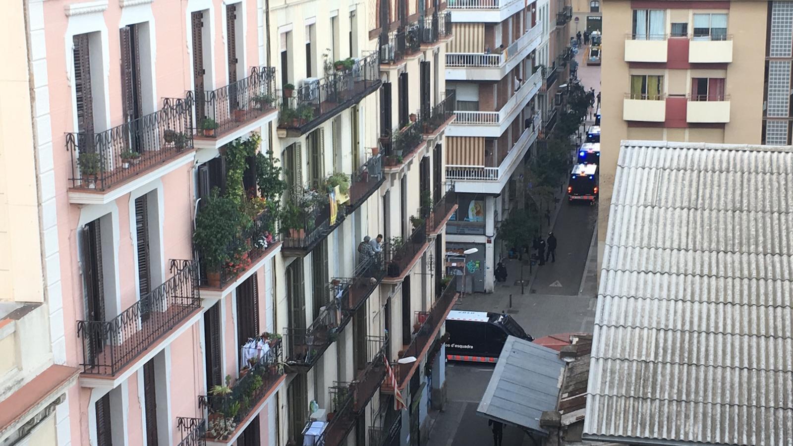 Furgons dels Mossos a punt per entrar a desallotjar el Banc Expropiat de Gràcia, que avui ha estat tornat a ocupar / ENRIC BORRÀS