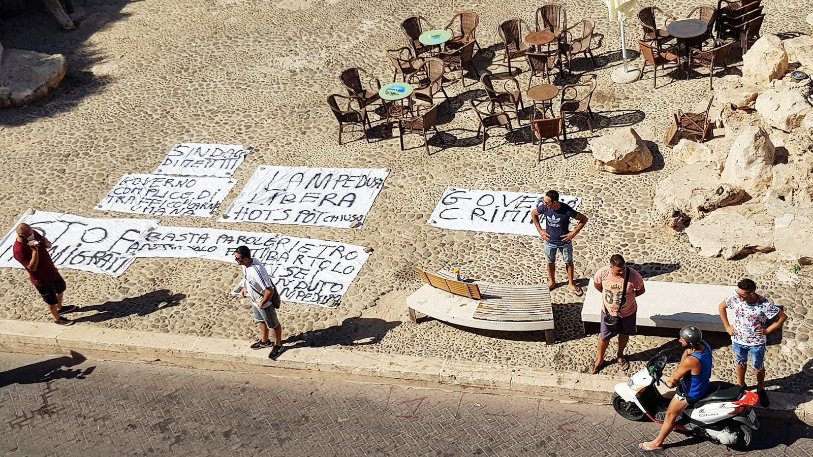 Pancartes contra els immigrants desplegades ahir per alguns veïns a Lampedusa.