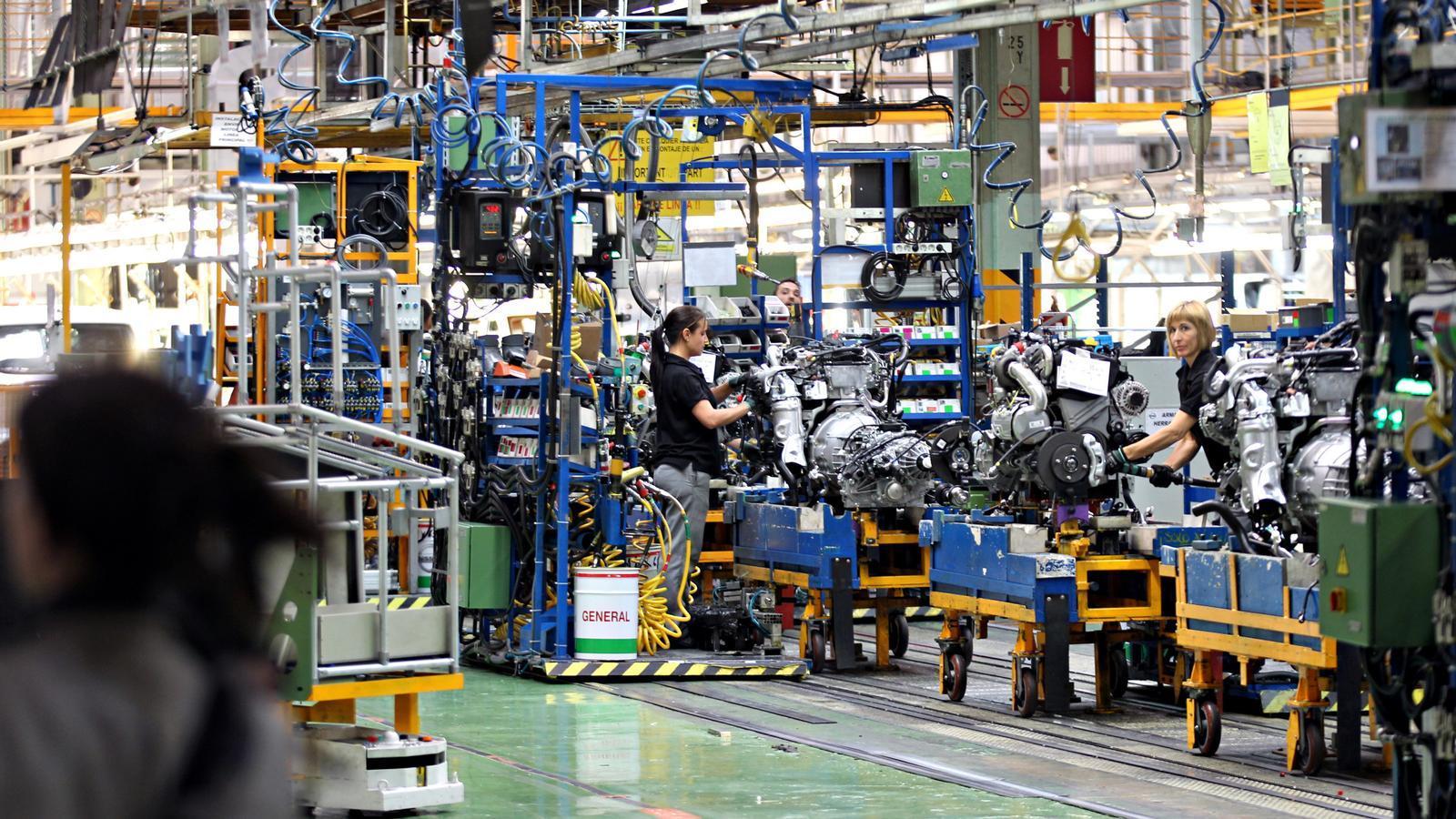Línia de muntatge de la furgoneta 100% elèctrica e-NV200 a la fàbrica de Nissan de la Zona Franca, en una imatge d'arxiu