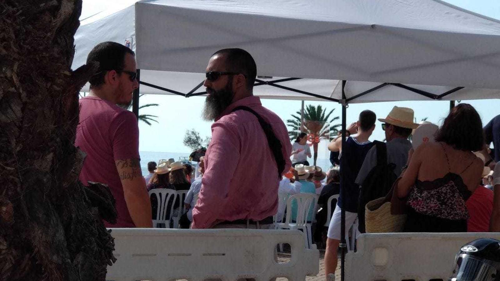 Dos policies locals de Palma, fora de servei, controlen els accessos de l'acte de Ciutadans