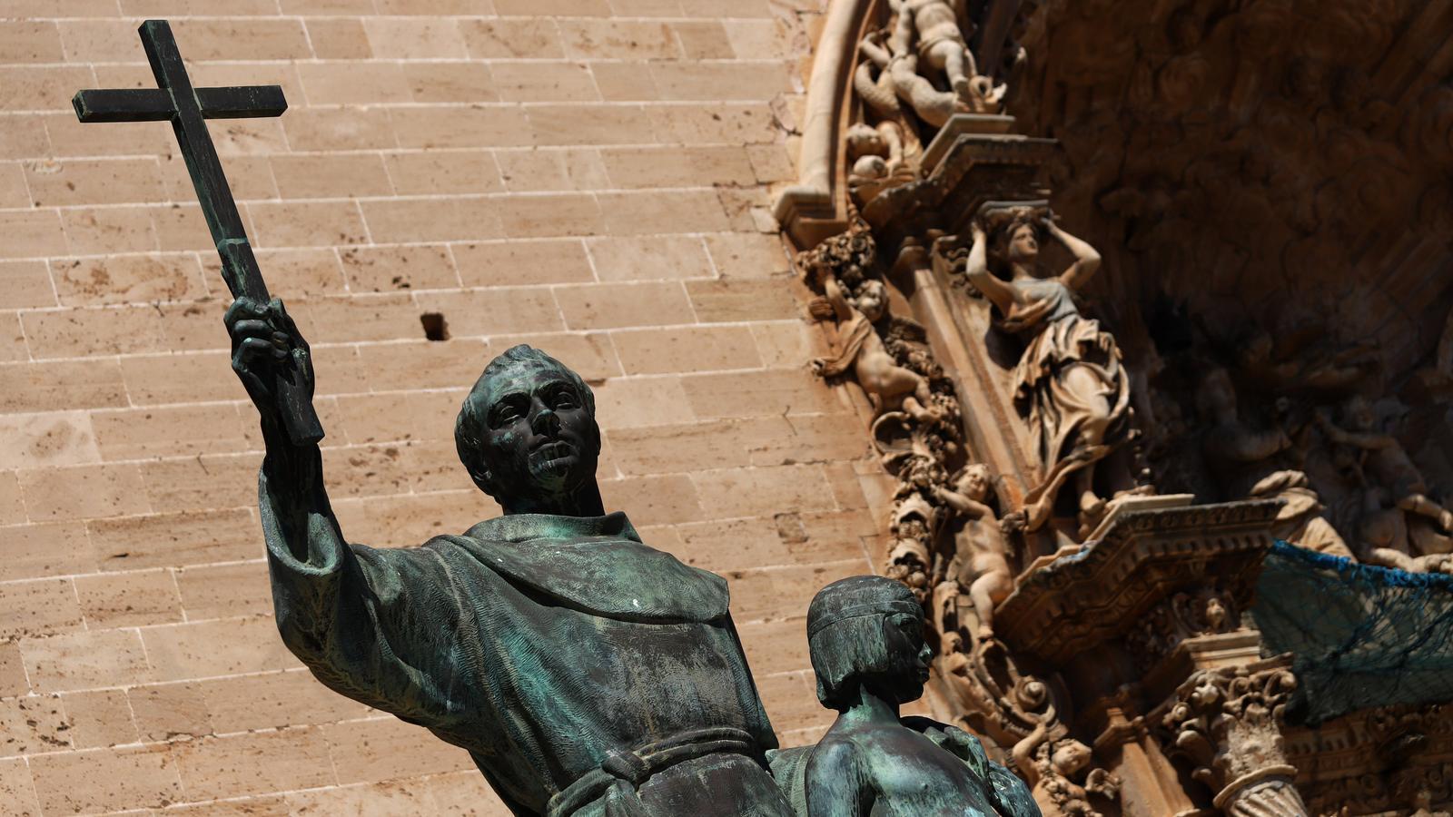 L'estàtua de Juníper Serra a la plaça Sant Francesc de Palma
