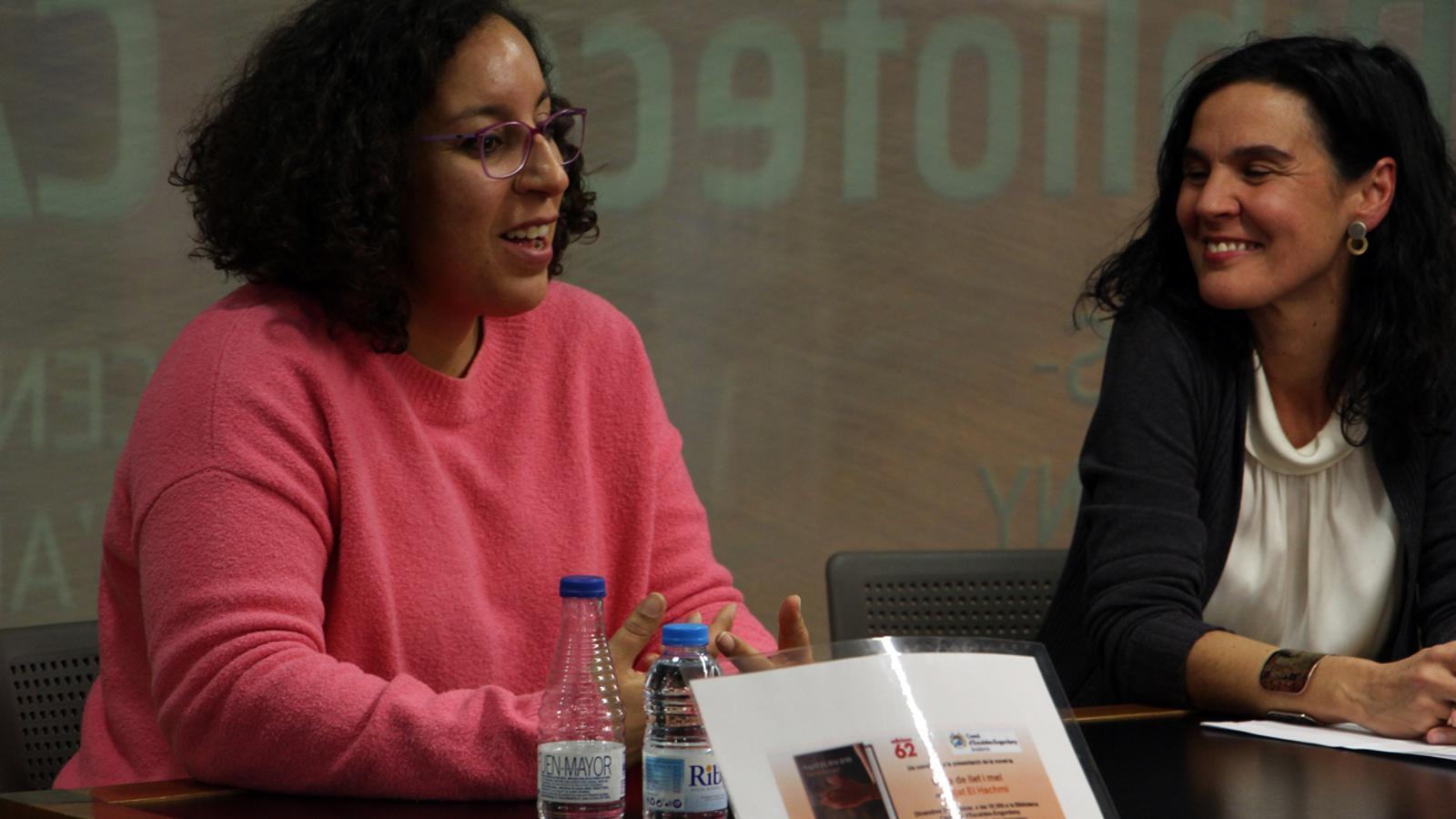 L'escriptora Najat el Hachmi presenta 'Mare de llet i mel' a la biblioteca comunal d'Escaldes-Engordany. / T. N. (ANA)