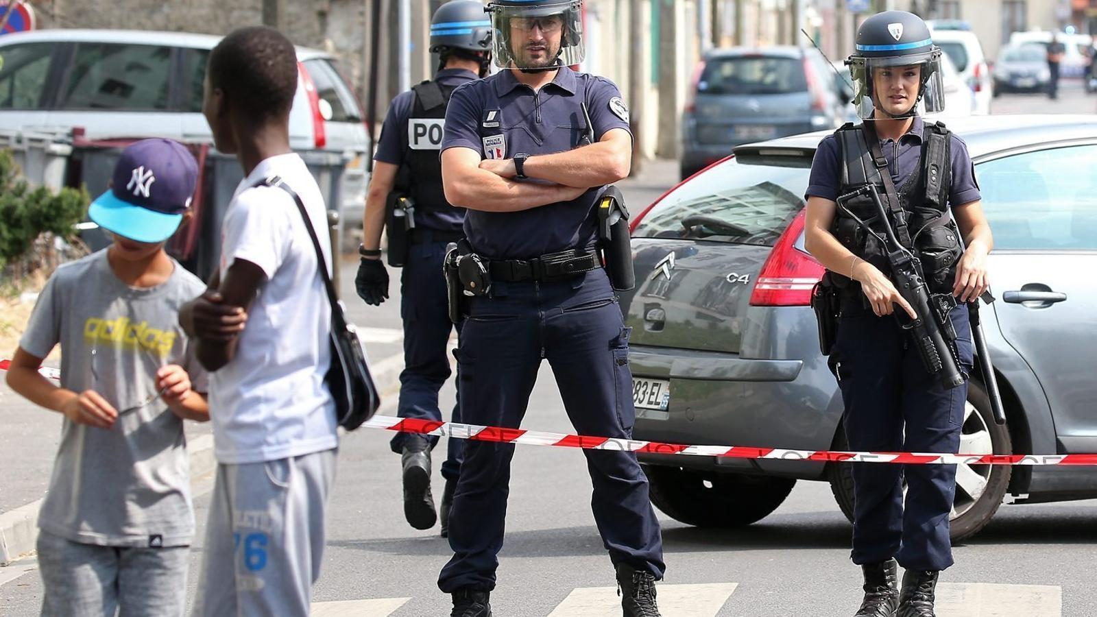 Dos policies patrullant per un suburbi de París en una imatge del juliol de l'any passat.