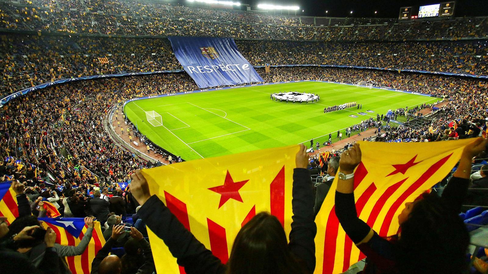 Aficionats del Barça amb estelades en un partit al Camp nou. Pere virgili