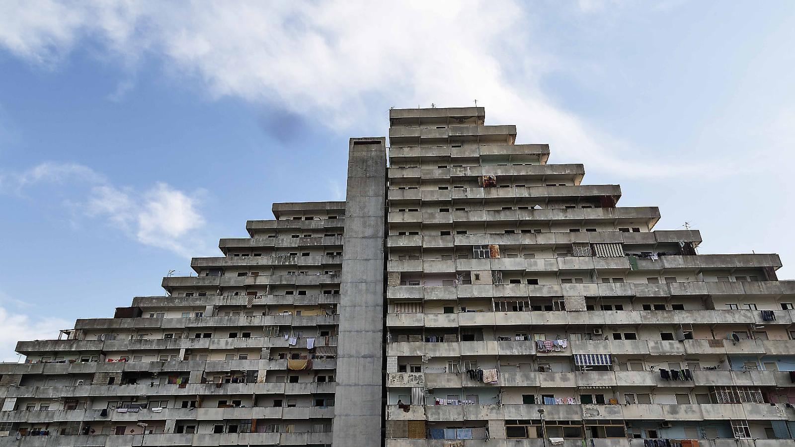 Bloc del barri de Le Vele de Scampia, a Nàpols, un polígon d'habitatges dels anys seixanta dissenyat per Franz Di Salvo, que ara està degradat i en procés de demolició.