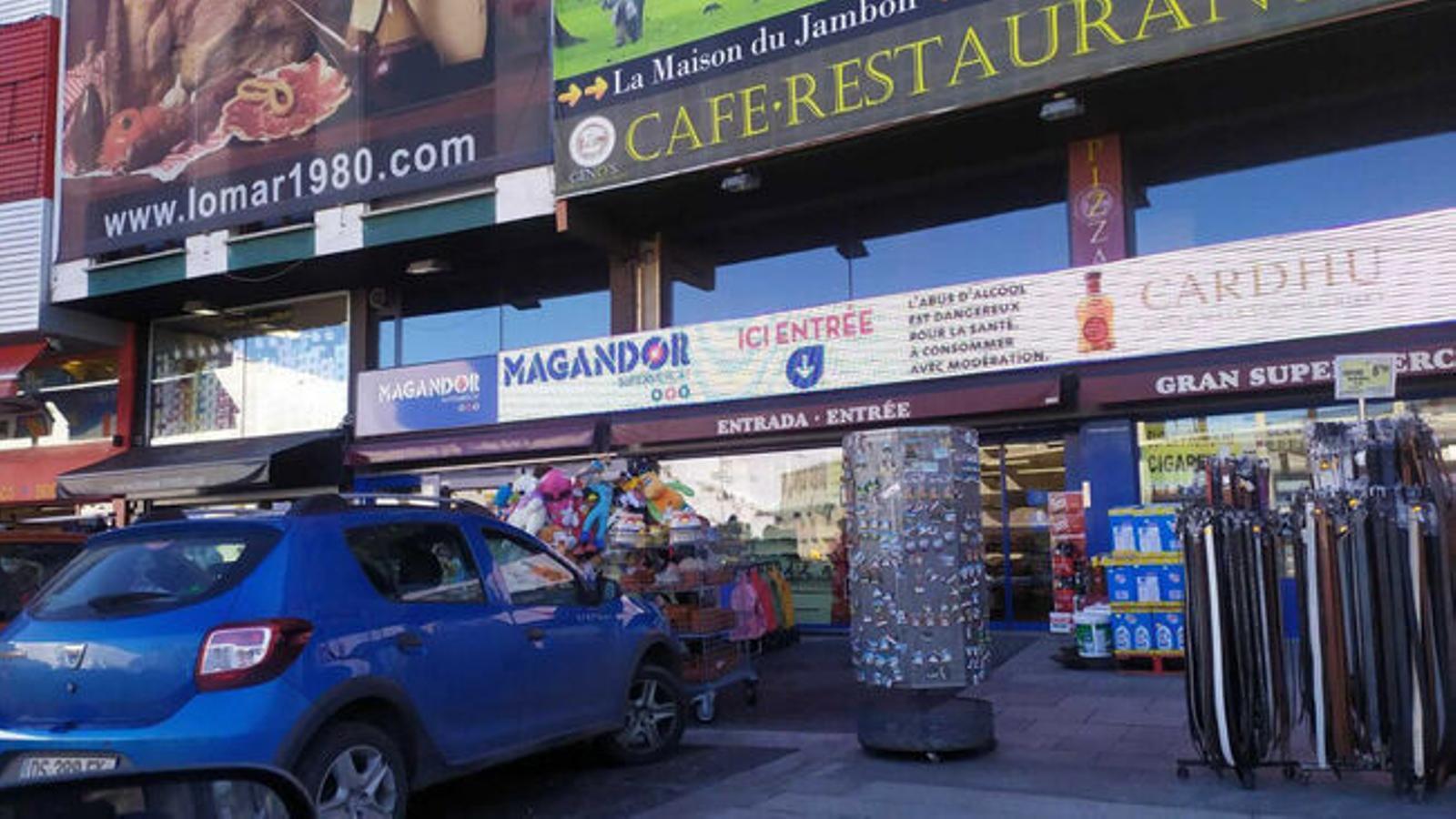 Botigues del Pas de la Casa amb productes a les voreres. / ARXIU ANA