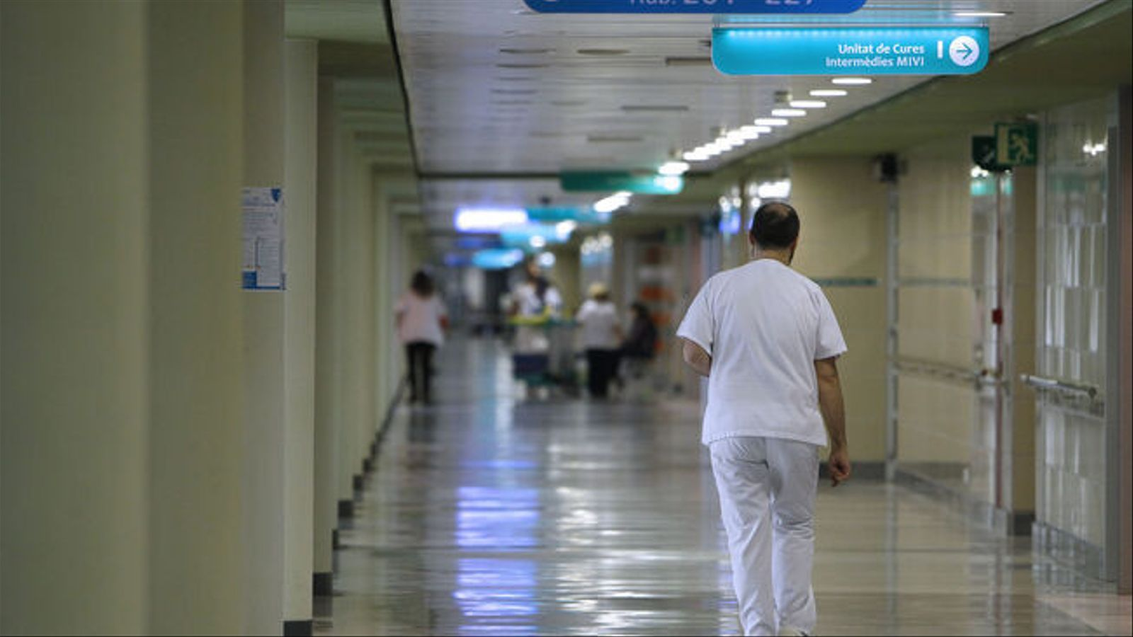 Sanitari a l'hospital Son Espases. / ISAAC BUJ